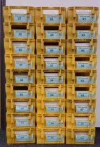Behälter mit Dialogpost-Etiketten